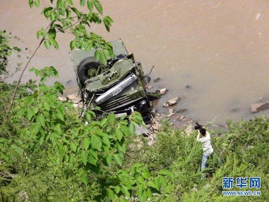 (新华直击·雅安地震)成都军区一救灾车辆赴灾区途中坠崖 1人牺牲3人重伤