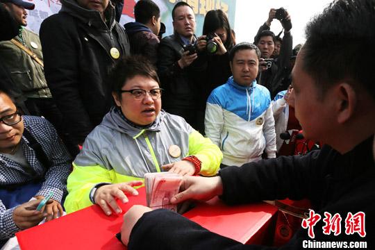 韩红鸟巢前搭台为雅安地震募捐