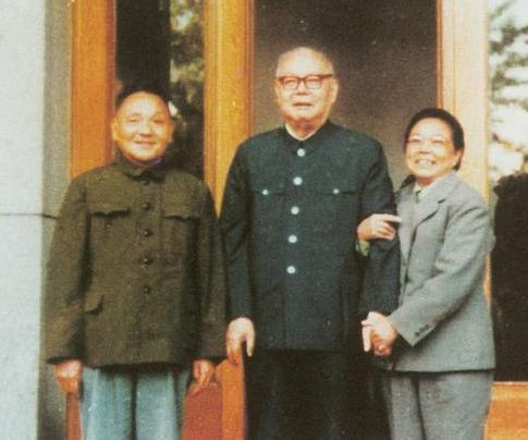 邓小平与叶剑英合影旧照 互抱对方孙子留影图片