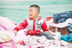 台湾记者关注地震挺进灾区:路边没一栋完好房子