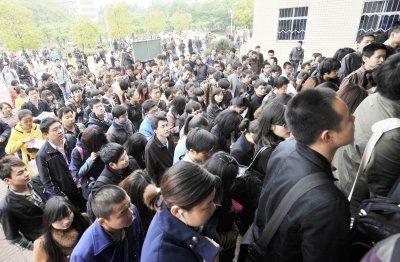 昨天上午8點45分,在華農考點的考生進場。記者詹鬆 攝