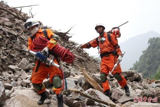 消防官兵在挺进重灾区宝兴县的路上