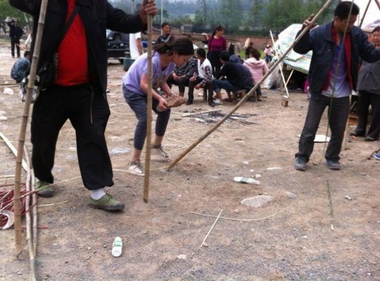 廖智在芦山地震灾区现场 图片来自微博