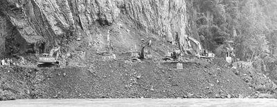 圖一:4月22日,在寶興縣靈關鎮場口塌方現場,救援人員對被掩埋車輛進行挖掘搶救。