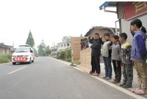 红星村的孩子们向过往救灾车辆致谢 (杨帆)
