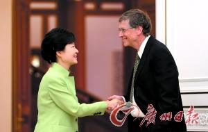 蓋茨單手插褲袋跟韓總統握手被批不禮貌