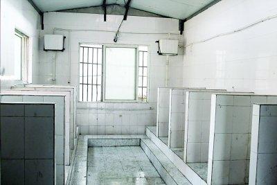 江苏一中学男厕装摄像头:不拍隐私监管抽烟(图)