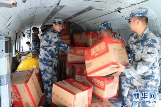 成都空军官兵在装载救灾物资