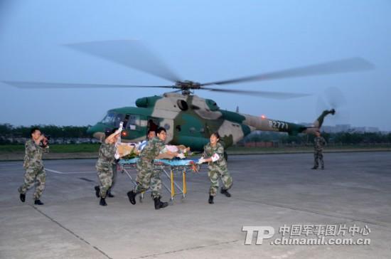 成都军区总医院紧急接送伤员