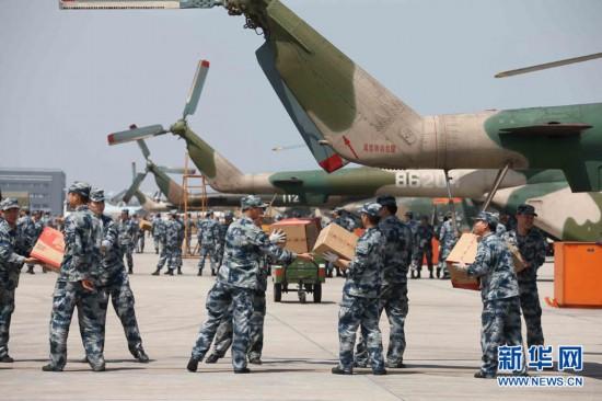 成空官兵在邛崃机场装载救灾物资