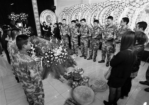 战友与亲友为杨波唱生日歌