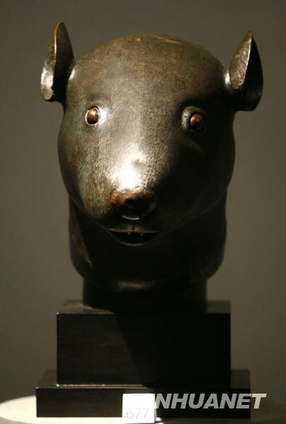 皇宫预展中的鼠首铜像.张玉薇摄-圆明园十二生肖铜兽首下落及追索