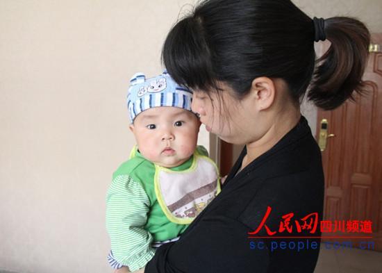 张磊/张磊的妻子和儿子(记者冯亚涛摄)...