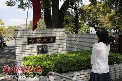 孙玲站在大学正门前 (邢熠 摄)