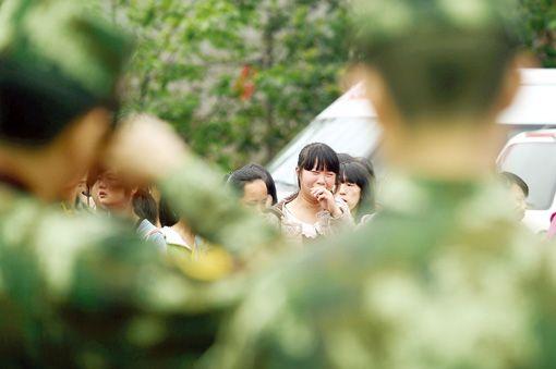 4月24日,武警水电部队三总队九支队转移营地,受灾群众依依不舍。本报通讯员刘海山摄