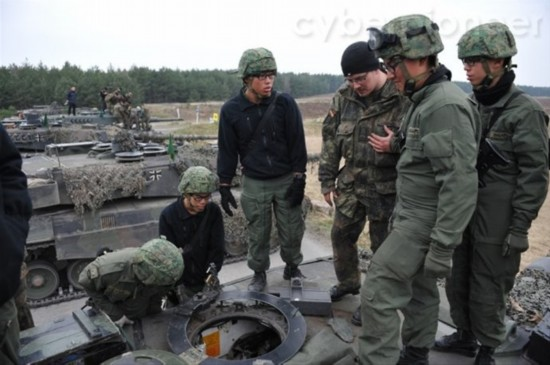 组图:新加坡眼镜兵训练驾驶豹2坦克