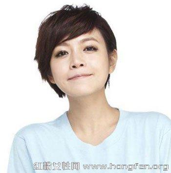 这款女生短发发型采用不对称设计图片