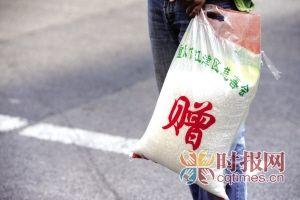 江津区,记者从小区超市买回的大米,米袋背后印着重庆市江津区慈善会赠 摄影 王珏