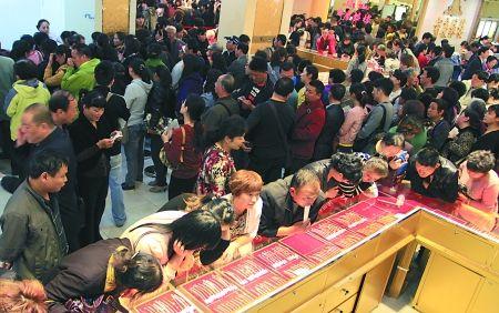众多顾客在江苏南京一家商场选购黄金饰品 新华社 图
