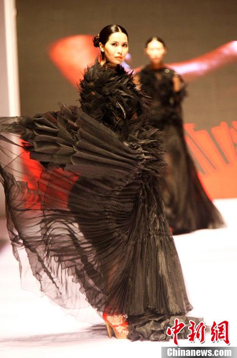 中国(青岛)国际时装周开幕 中外模特t台魅惑演绎