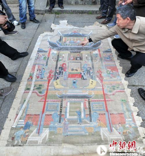 吕明/图为余氏族人珍藏、首次公开现身的古画。吕明摄