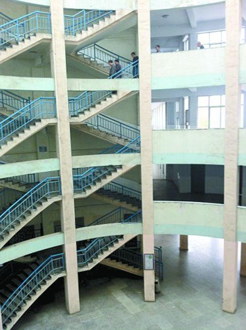 武陟中学主教学楼大厅,王一山当时从4楼楼梯上跳了下去。
