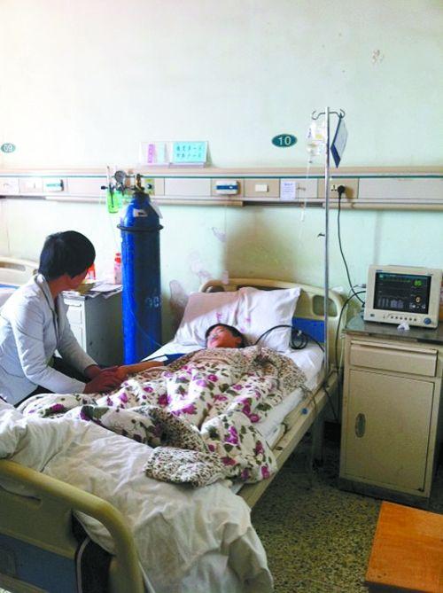 王一山躺在病床上,他的妈妈不停地搓着儿子的右手。
