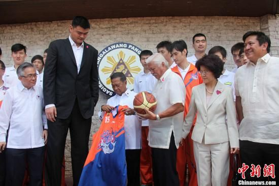 Binet, vice-president of the philippines took the shanghai sharks giving number 15th and yao ming, chinese ambassador to the philippines Ma Keqing, group photo of people. news service photo by zhang ming