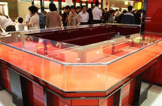 2013年5月5日,许昌一家黄金专卖店生意火爆黄金饰品卖断货。