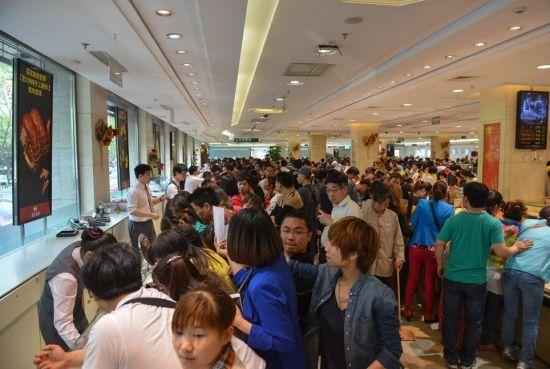 5月2日,北京,在菜百公司黄金饰品销售柜台购买黄金饰品的顾客络绎不绝。新华社记者 李鑫 摄