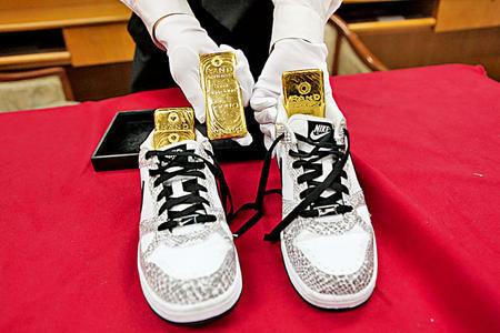 港男鞋底暗藏四块走私黄金遭查获。
