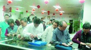 市民排队购买抗震救灾邮票。 通讯员 供图