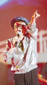 馬雲一身潮流裝扮,獻唱《我愛你中國》和《朋友》。
