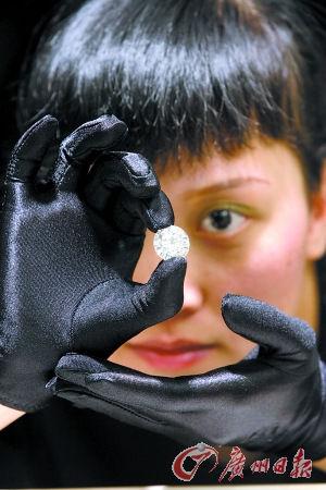 钻石展示。记者王燕摄
