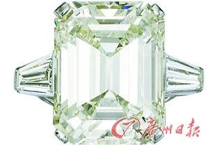 在广州市中心的商场,一消费者被大颗粒钻石所吸引,但圆形切割的白钻更有收藏价值。记者 王燕摄