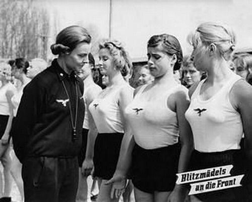 纳粹女军人穿背心性感旧照图片