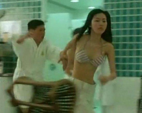 田朴珺穿比基尼参演电影《神勇铁金刚》.
