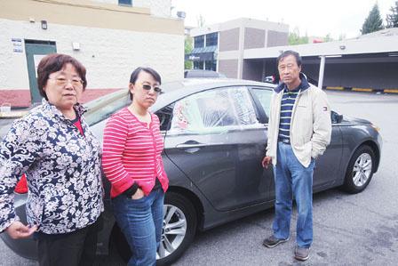 遭匪徒砸车盗窃证件全失中国游客全家滞留加拿大