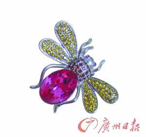 可爱的工艺水晶胸针。