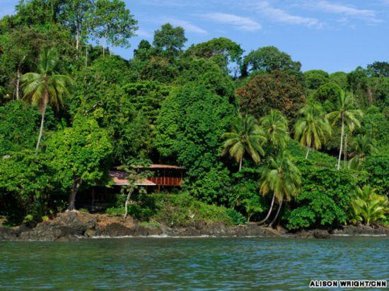 [提要] 漫步热带雨林:哥斯达黎加最新加入的景点是Cinco Ceibas热带雨林,其拥有独一无二的4.2平方英里(约1088公顷)再造雨林和手工搭建的木板路,让您轻松走进热带雨林的世界。黄貂鱼:游客潜入海底会看到黄貂鱼、鳝鱼、海虾、海豚鱼和虎蛇等海洋生物。