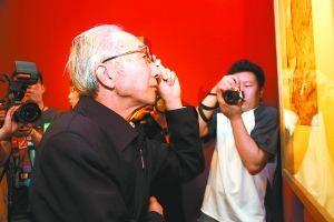 靳尚谊在专注地看着作品。