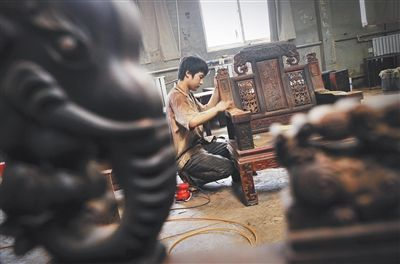 工人在制作红酸枝家具,公约生效后,树种的管理将更严格。新京报记者 李飞 摄