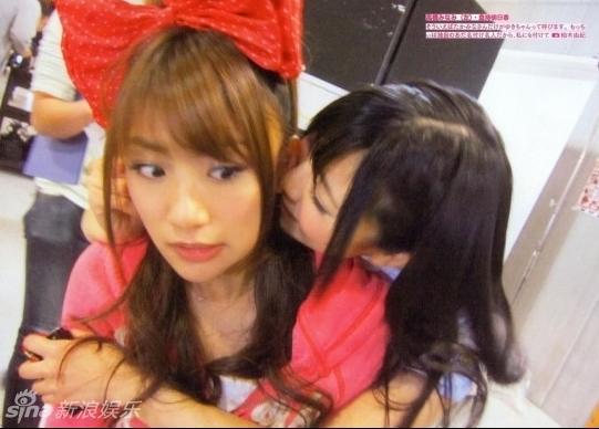 日本少女组合AKB48私照曝光 女女亲吻睡态萌