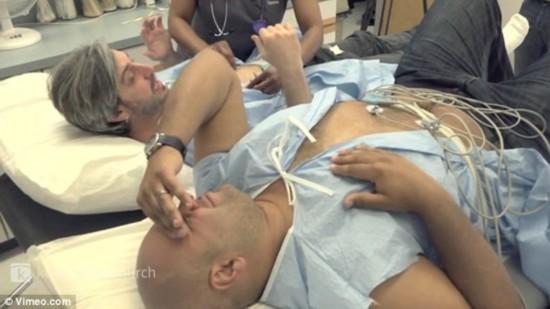组图:美两男子模拟分娩过程疼痛尖叫