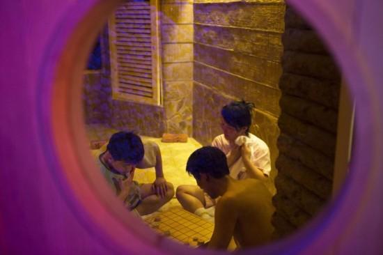 几名朝鲜人在桑拿浴室内玩棋牌游戏.