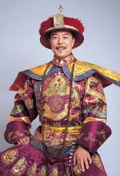 《还珠格格》1-2 乾隆 (张铁林)这个皇阿玛算是乾隆里比较经典的.