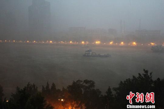 珠江上一条船在风雨中艰难前行. 柯小军 摄-暴雨大风袭击广州 市区