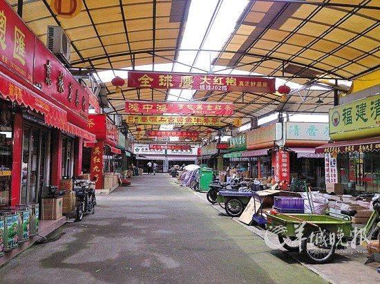 和其他批发市场相比,芳村的南方茶叶市场略显冷清,各商铺大多依靠电话下单,偶尔有一些团购客人前来 羊城晚报记者 程行欢 摄