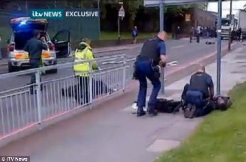 英国警方在现场将嫌犯制服。