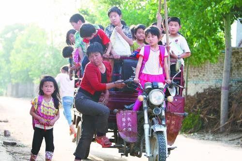 河南村妇开1辆三轮摩托车载31名孩子上学